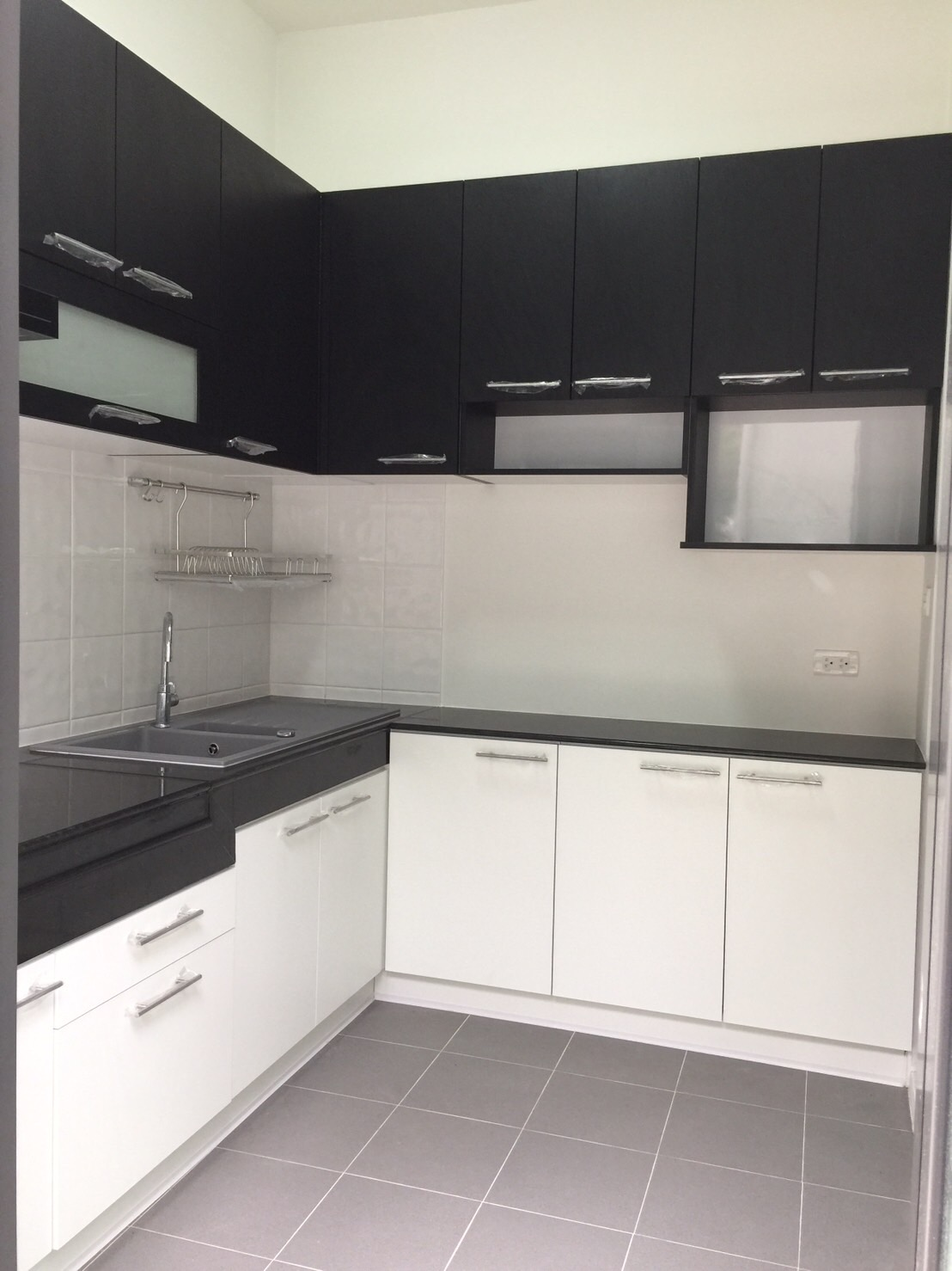 Black & White Kitchen (ครัวบิ้วอินทับโครงปูนหน้าบานสีขาว)