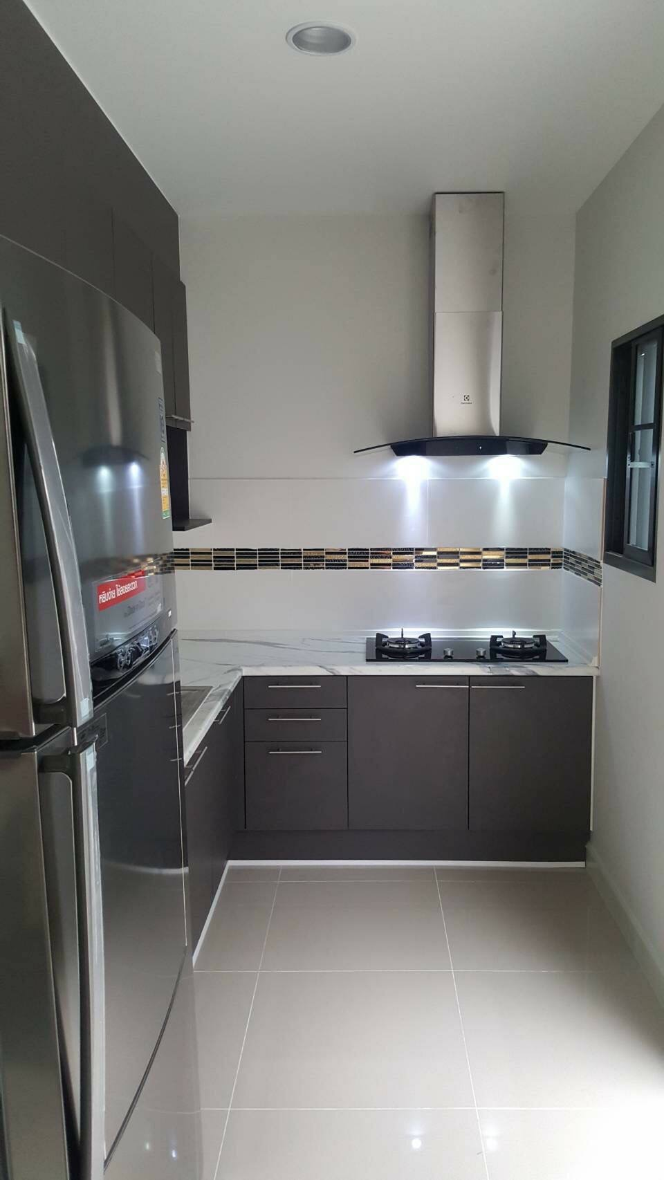 Dark Brown Modern Kitchen (ครัวบิ้วอินสีน้ำตาลเข้มสไตล์โมเดิร์น)