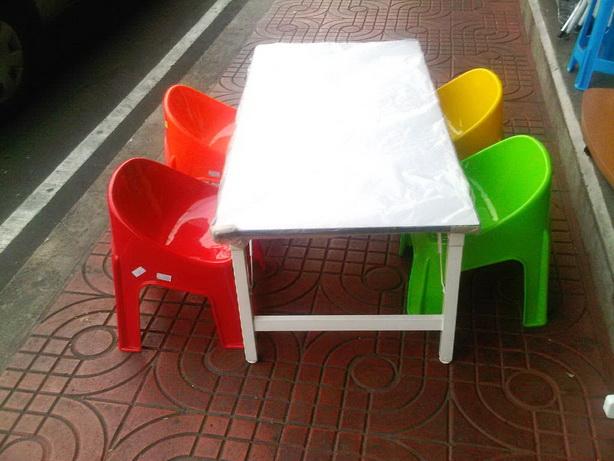 ชุดโต๊ะกิจกรรมเด็ก พร้อมเก้าอี้พลาสติก 4 ที่นั่ง