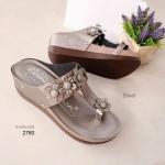 รองเท้าแตะส้นเตารีด แบบคีบ แต่งดอกไม้ (สีเงิน )