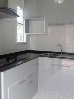 Modern Grey Kitchen (ครัวบิ้วอินทับโครงปูนหน้าบานสีเทาเงาสไตล์โมเดิร์น)