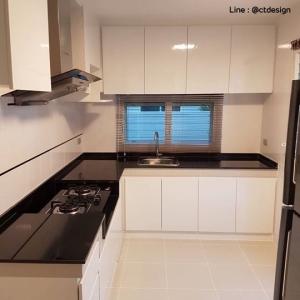Glossy White Kitchen (บิ้วทับโครงปูนหน้าบานสีขาวเงาสไตล์โมเดิร์น)