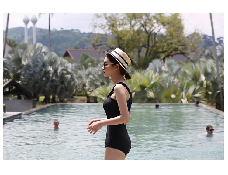ชุดว่ายน้ำสีดำ