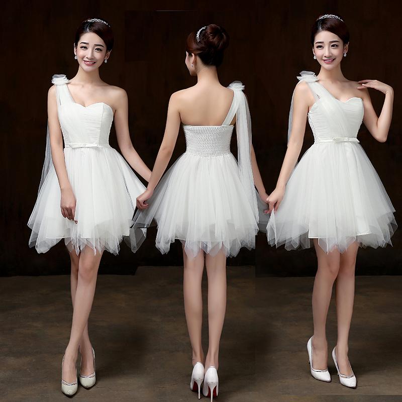 ชุดราตรีสั้นออกงานสีขาว เป็นผ้าตาข่ายล้อมรอบทั้งชุดหน้าอกมีฟองน้ำอย่างดี