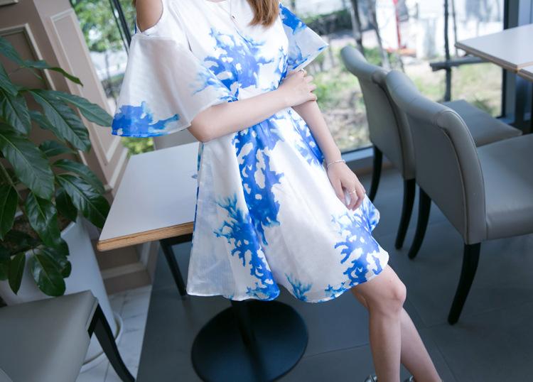 ชุดเดรสแฟชั่นเกาหลีสีขาวลายสีฟ้าเปิดไหล่สวยๆ
