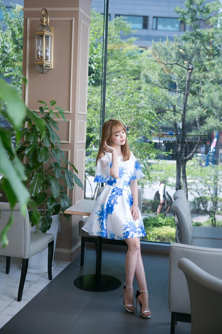 ชุดเดรสแฟชั่นเกาหลีสีขาวลายสีฟ้าเปิดไหล่น่ารักๆ