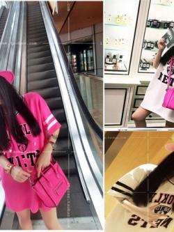 เสื้อแฟชั่นเกาหลีแบบยาว คอวี สกีนหน้า แต่งแขนเป็นลายคาด 2 เส้น