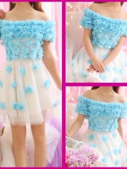 ชุดเดรสแฟชั่นสไตล์คุณหนูสีขาวแขนสั้นปาดไหล่ประดับด้วยดอกไม้สีฟ้า