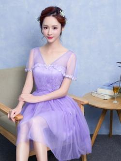 ชุดราตรีสั้นสีม่วงชุดไปงานแต่งงานช่วงบนประดับด้วยผ้าลูกไม้